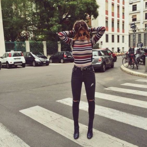 90s Outfits: colorful turtleneck long sleeve top, black ripped jeans, black booties, sunglasses #outfitideas #hair #city #trendy