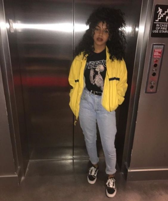 90s Outfits: yellow jacket, black t-shirt, black belt, mom jeans, black and white sneakers #outfitideas #teen #retro #90s