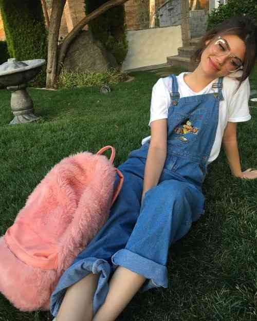 90s Outfit: denim overall, white t-shirt, baby pink faux fur bag #outfit #glasses #fashion #teen