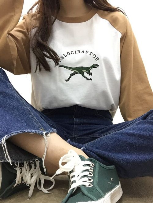 Aesthetic Outfit: white and brown sweatshirt, high waisted jeans, dark green and white sneakers #outfitoftheday #girl #dailylook #cute