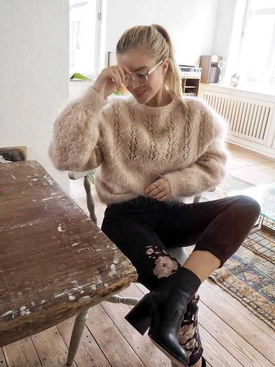 Aesthetic Outfit: beige sweatshirt, black floral capri pants, black booties #outfitideas #blonde #glasses #girl