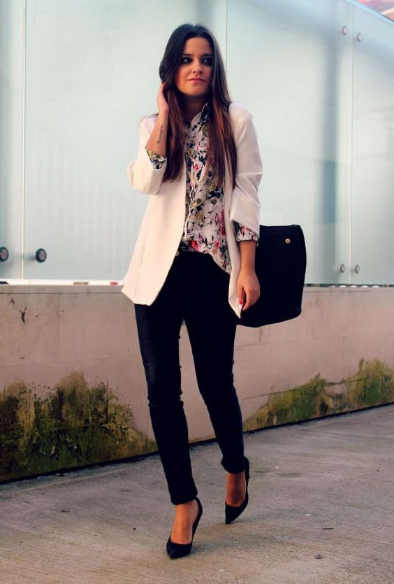 Business Casual Outfits: white blazer, white floral blouse, black skinny pants, black pump shoes, black bag #outfitoftheday #brunette #floral #girly