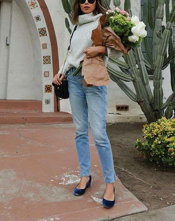 Date Night Outfit: gray turtleneck sweater, high waisted jeans, navy blue heels, black crossbody bag, sunglasses #outfitideas #brunette #girl #trendy