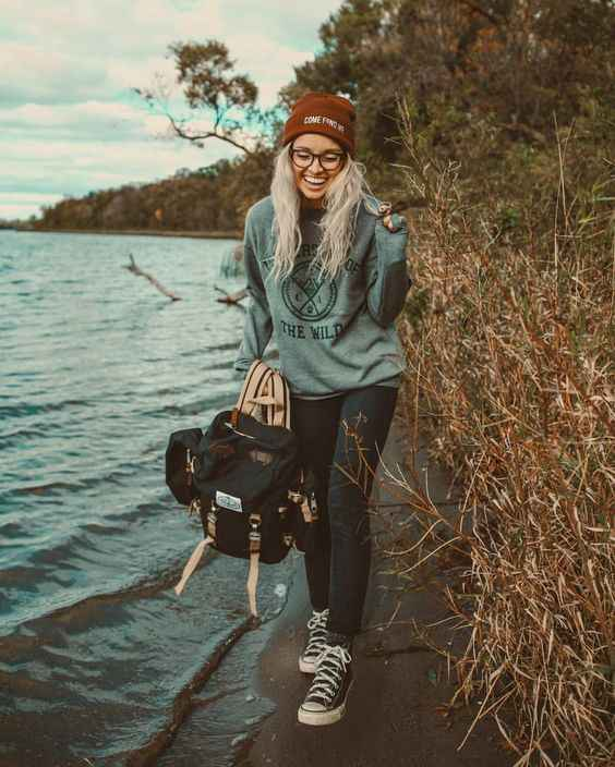 Hipster Outfit: gray sweatshirt, skinny jeans, black and white sneakers, red winter hat, black bag #outfitideas #smile #sunglasses #nature
