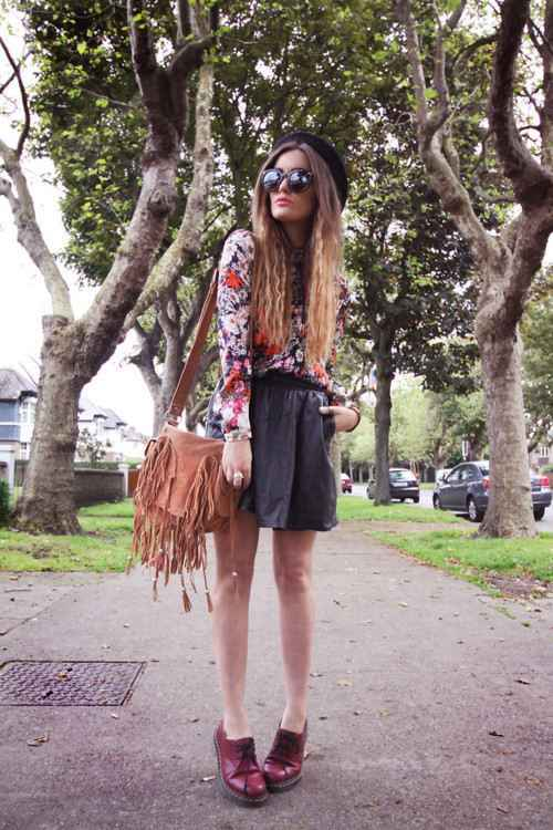Hipster Outfits: black floral long sleeve top, black circle skirt, brown mocassins, camel crossbody bag, black beret, sunglasses #outfit #longhair #hipster #chic