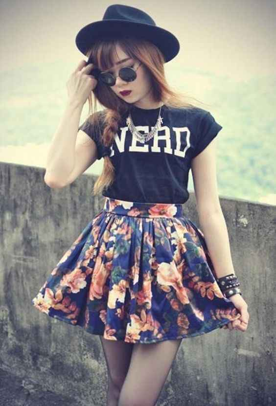 Hipster Outfits: black wide brim hat, black t-shirt, navy blue floral circle skirt black tights, sunglasses, bracelets, necklace #outfitideas #black #hipster #fashion