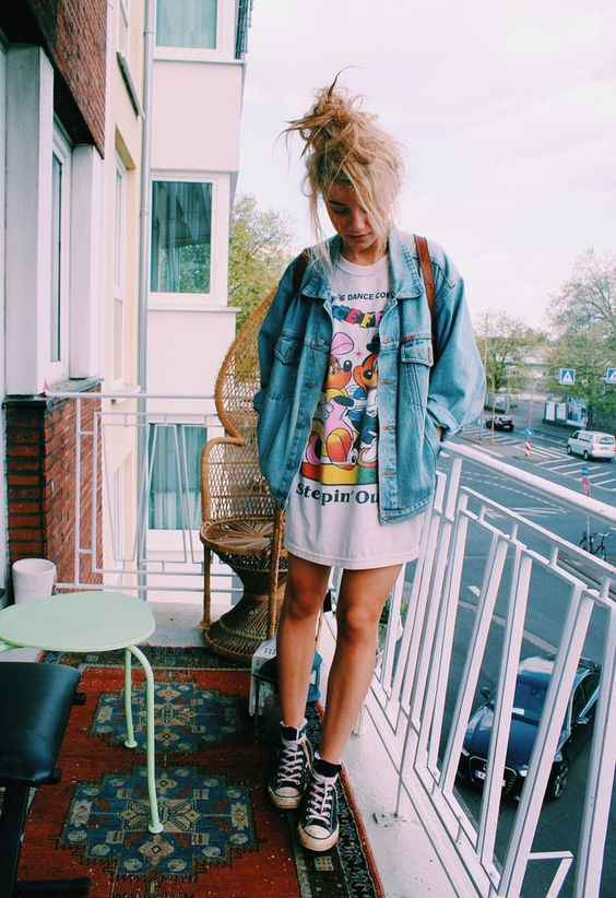 Hipster Outfits: denim jacket, white mini dress, black and white sneakers #outfitideas #hipster #blonde #trendy