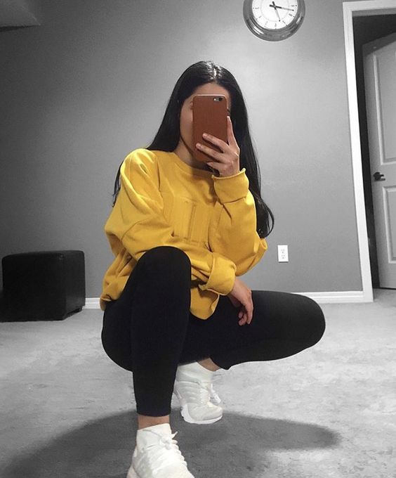 Outfits for school: yellow sweatshirt, black leggins, white sneakers #outfitideas #brunette #teen #yellow