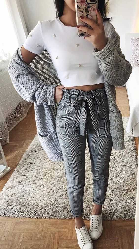 Summer Outfit: white short sleeve crop top, cheked peg leg trousers, gray cardigan, white sneakers #outfit #sport #girl #dailylook