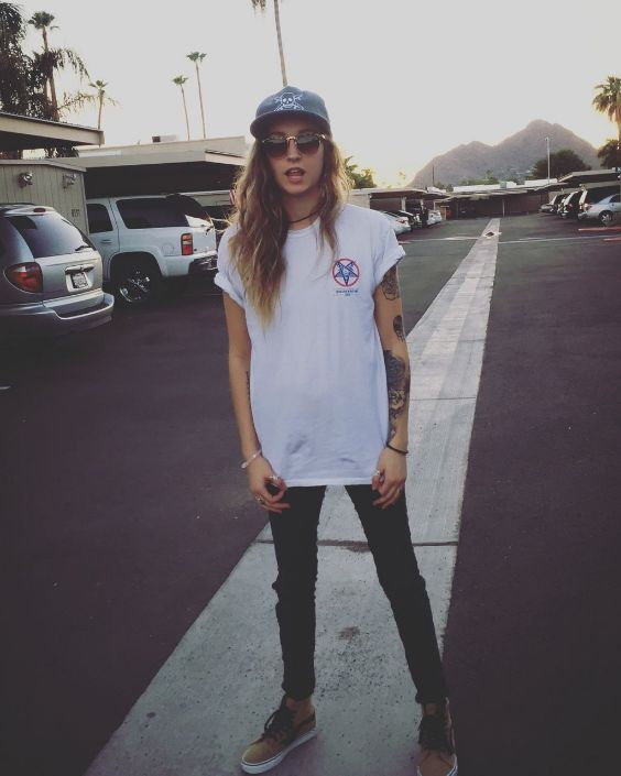 Tomboy Outfit: white t-shirt, black skinny jeans, brown sneakers, sunglasses, black cap, necklace, bracelet #outfit #teen #tomboy #fashion