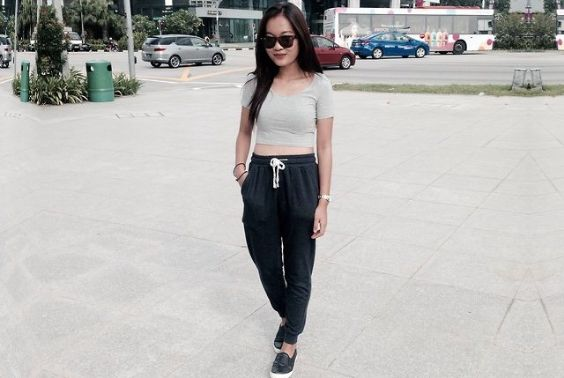 Tomboy Outfits: gray short sleeve crop top, black sweatpants, black slip-on shoes, bracelets, sunglasses #outfitoftheday #brunette #girl #trendy