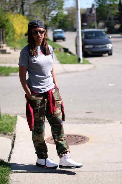 Tomboy Outfit: gray t-shirt, camouflage cargo pants, red sweatshirt, white sneakers, black cap, sunglasses #outfitoftheday #sun #look #tomboy