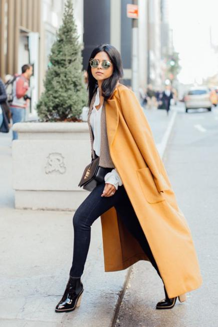Work Outfit: yellow longline coat, white long sleeve blouse, skinny jeans, black booties, black crossbody bag, sunglasses #outfitoftheday #brunette #fashion #trendy