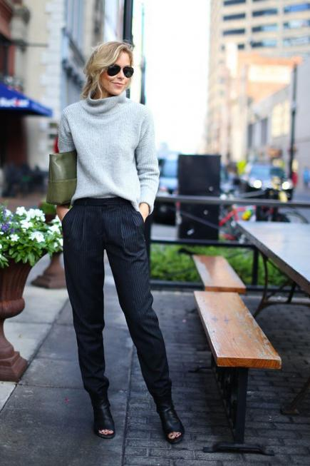 Work Outfit: light blue sweater, navy blue pleat pants, army green purse, sunglasses, black heels #outfitideas #work #city #trendy